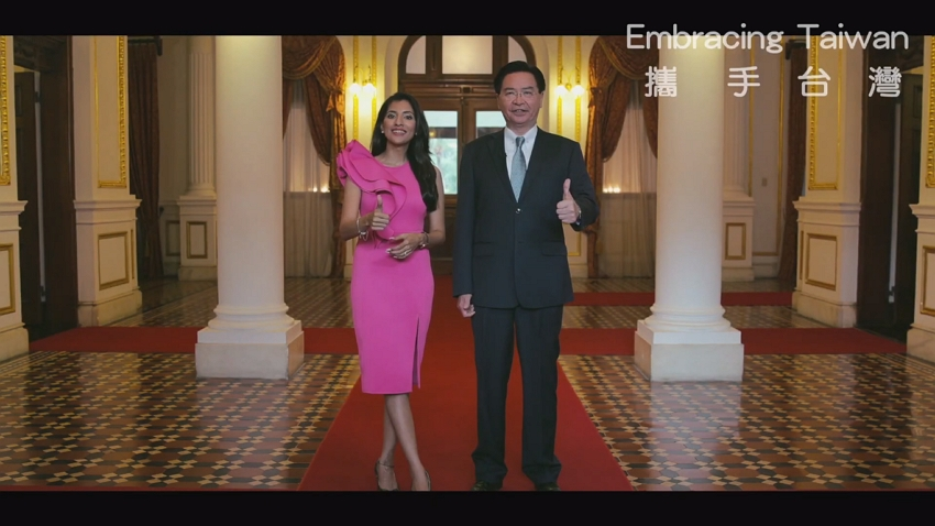 Foreign Minister Jaushieh Joseph Wu (right) and host Shamoly Khera give the thumbs-up in a trailer for a MOFA co-produced TV series set to air on India's Zee TV Nov. 16. (MOFA)