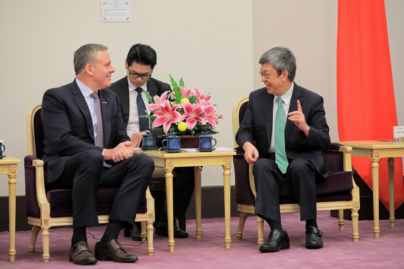 Vice President Cheng Chien-jen (right) and Merck's Asia-Pacific Vice President Andre Musto enjoy a lively conversation at the Presidential Office Nov. 19 in Taipei City. (Courtesy of PO)