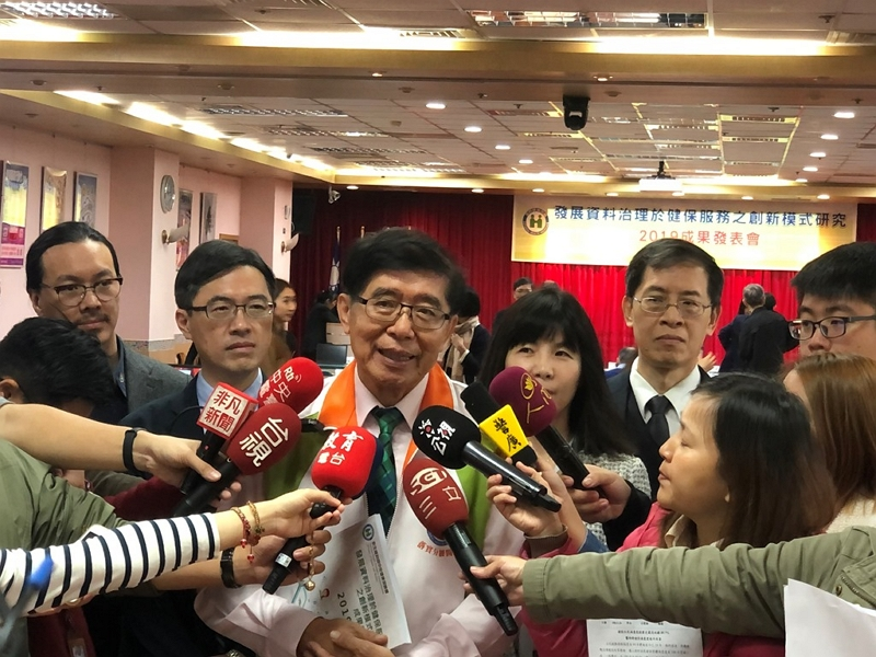 NHIA Director-General Lee Po-chang (center) fields questions from the media during the release of the latest NHI satisfaction survey Nov. 26 in Taipei City. (Courtesy of NHIA)