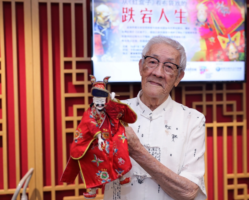 "Renowned Taiwan glove puppeteer Chen Hsi-huang shows off one of his puppets at an after-screening discussion for the documentary ""Father"" Dec. 7 in Singapore. (CNA)"