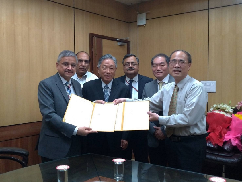 Amb. Tien(Front Left 2), Prof. Randeep Guleria (Front Left 1), Dr. Kuo(Front Right 1) attended the Signing Ceremony.