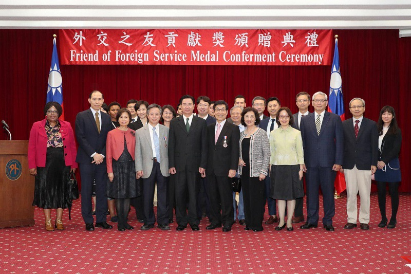 MOFA Minister Jaushieh Joseph Wu (fifth left) is joined by CCH Superintendent Dr. Yao Wei-jen (fourth left), Dr. Wei Fu-chan (center) at the Friend of Foreign Service Medal conferment ceremony Dec. 19 in Taipei City. (MOFA)