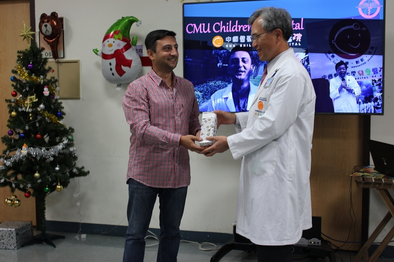 Dr. Ruben Harutyunyan receiving his Christmas gift from the Chief Secretary of the Children's Hospital, Dr. Lin Chieh-Chung