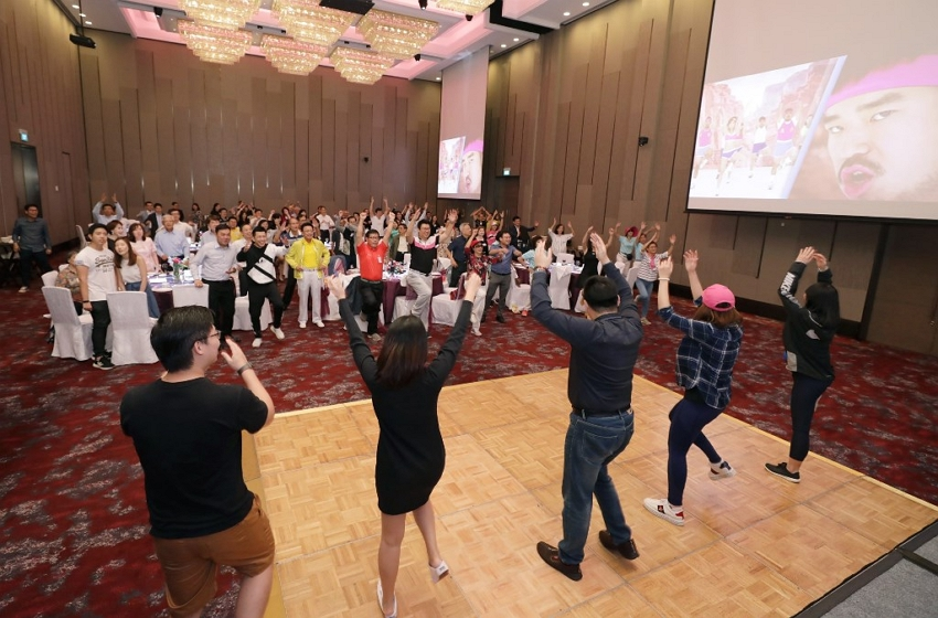 The Taipei Business Association in Singapore kickstarted its 2019 year-end banquet with a warm-up exercise routine.