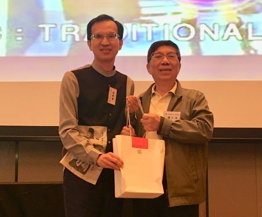Deputy Representative Steven Tai (left) with Mr. Chung Shih Dah, one of the winners of the lucky draw at the year-end dinner.
