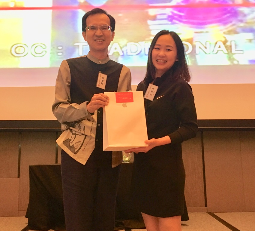 Deputy Representative Steven Tai (left) with Ms. Phoebe Wang, one of the winners of the lucky draw at the year-end dinner.