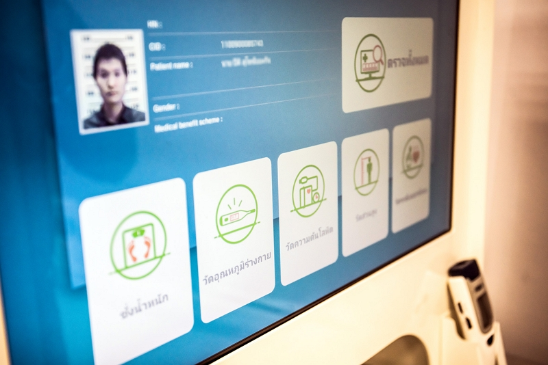 An imedtac wellness diagnostic kiosk in Thailand has both written and audio instructions in Thai, allowing patients to register with their ID cards, and measure blood pressure and pulse rate. (photo by Lin Min-hsuan)(1)