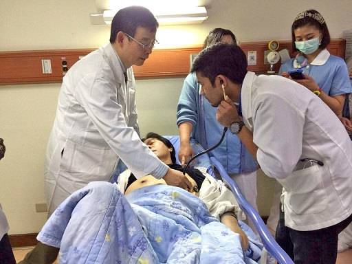 Scholarship recipients participate in rounds at E-Da Hospital, which is located near I-Shou University. (Photo courtesy of I-Shou University)