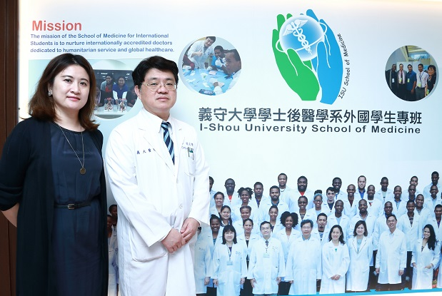 Liang Cheng-loong (right), an associate chair of SMIS and chief of the Department of International Medicine at E-Da Hospital, promotes the medical program at ISU along with fellow associate chair, Chen Yun-ju.