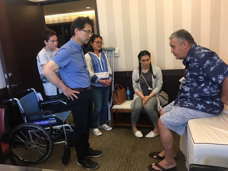 Theodore D. Nelson, right, and his family discuss the treatment plan with Dr. Chen Hsien-te during his first visit to China Medical University Hospital in central Taiwan's Taichung City in April 2019.