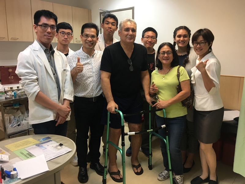 Nelson, flanked by his family and CMUH medical staffers, celebrates his successful hip replacement surgeries.