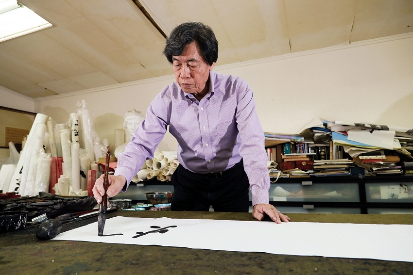 Calligrapher Chu Chen-nan believes that spiritually he is a combination of ancient and modern, Chinese and Western. In his works he blends calligraphy with painting, and ink with colors. (photo by Jimmy Lin)