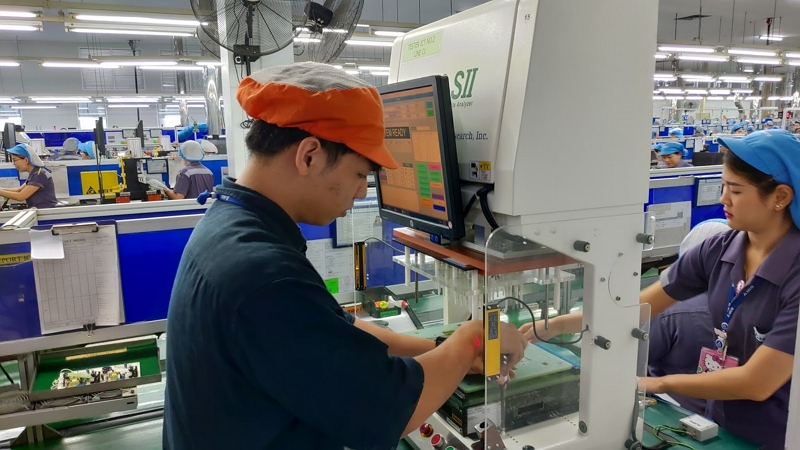 NTUT students perform a smart manufacturing line assessment in Thailand organized under the auspices of the Ministry of Education's NSP internship program. (Courtesy of MOE)