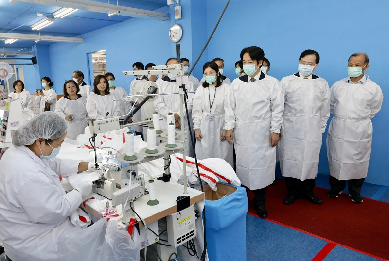 Vice President Lai Ching-te (third right) inspects a manufacturing line at PPE producer Makalot Industrial's R&D center June 9 in Chiayi County, southern Taiwan. (Courtesy of Presidential Office)