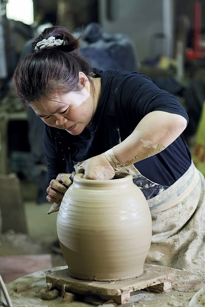 After Tjung Seha married into the Hsieh family, her natural talent and fertile imagination led her into a career in ceramic art. (photo by Jimmy Lin)