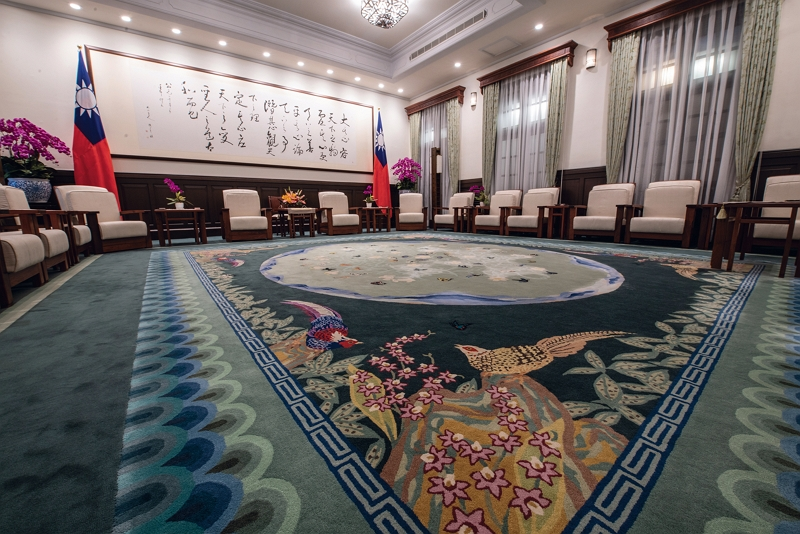 Fu Jen Catholic University's Department of Textiles and Clothing designed a series of textiles for the Sunshine and Green halls of the Presidential Office Building around themes connected to Taiwan. The splendid textiles suit the magnificence of the setting. (photo by Kent Chuang)