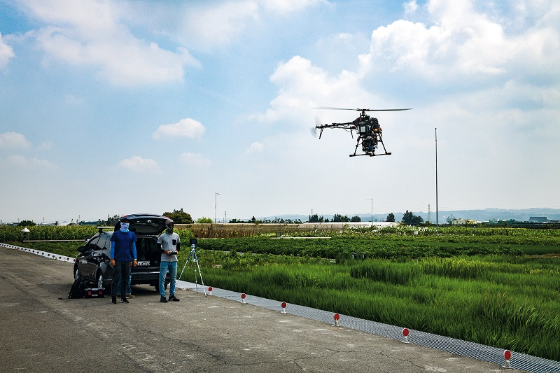 Geosat Aerospace & Technology worked with NTU's College of Bioresources and Agriculture to use drone-mounted multi-spectrometers and combined infrared/visible-light cameras to compare growth and disease transmission among different rice varieties. (photo by Kent Chuang)