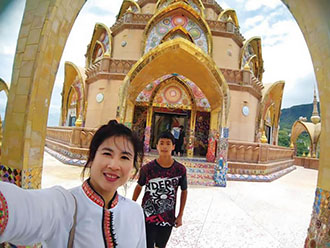 Chen Kuan-chang takes a selfie with his mother during a visit to a temple in Thailand. The trip was funded under the Ministry of the Interior's Cultivation Program for Second-Generation New Residents. (Photo courtesy of Chen Kuan-chang)