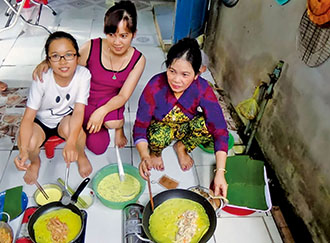 Huang Huai-hsien, left, prepares Vietnamese food together with her mother, center, and grandmother. (Photo courtesy of Huang Huai-hsien)