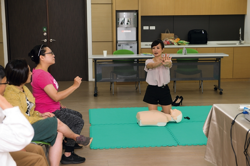 TaiwanICDF provides pre-departure training for overseas volunteers. Here we see a teacher instructing volunteers in CPR. (photo by Kent Chuang)