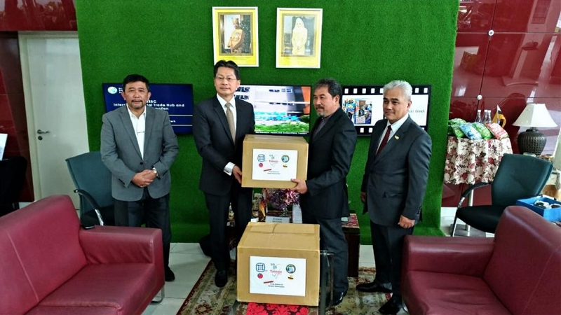 Representative Andrew Lee(2nd from the left) presented medical mask to Chairman Pengiran Haris Duraman(2nd from the right)of BD BEBC