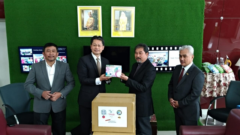 Representative Andrew Lee(2nd from the left) presented a gift to Chairman Pengiran Haris Duraman(2nd from the right)of BD BEBC after the donation ceremony