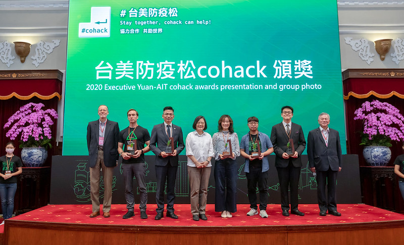 President Tsai Ing-wen (fourth left), American Institute in Taiwan Director Brent Christensen (left) and Vice Premier Shen Jong-chin (right) are all smiles alongside coronavirus hackathon winners during the Presidential Hackathon awards ceremony Sept. 20 in Taipei City. (Courtesy of PO)