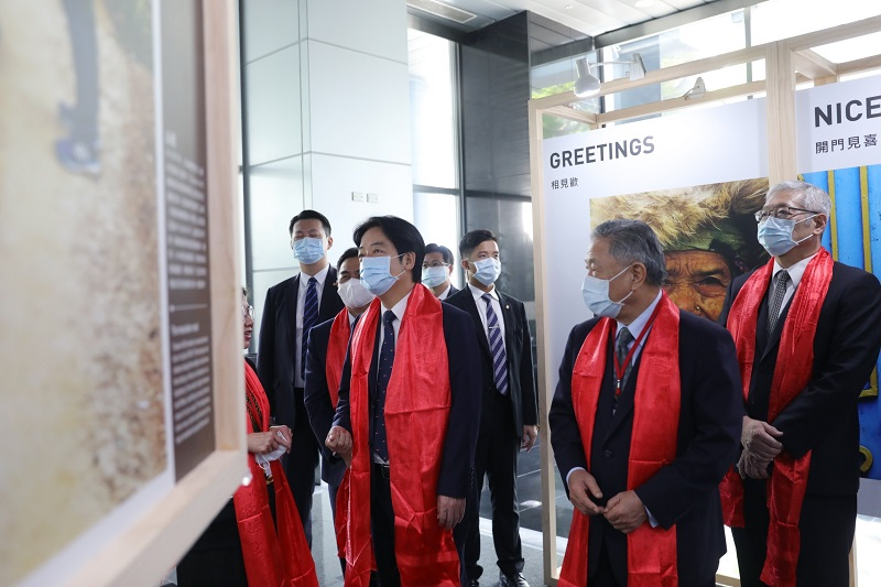VP Lai Ching-te (left) learns about Taiwan's humanitarian assistance efforts in Nepal during a special exhibition at the MOFA Institute of Diplomacy and International Affairs Oct. 12 in Taipei City. (Courtesy of Presidential Office)