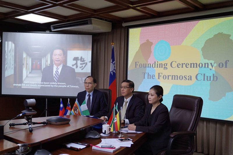 Deputy MOFA Minister Miguel Li-jey Tsao (center) is joined by other officials at the launch ceremony of the Formosa Club in Africa Nov. 3 in Taipei City. (MOFA)