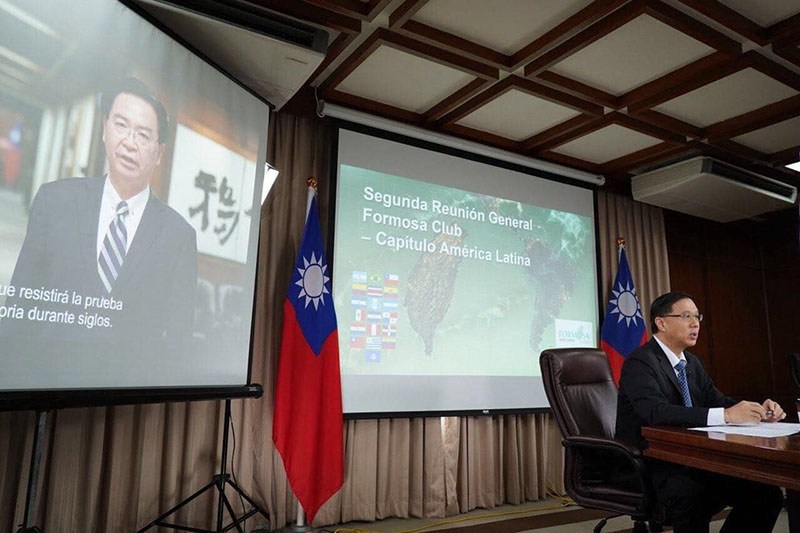 Foreign Minister Jaushieh Joseph Wu (left) delivers an address during a virtual meeting of the Formosa Club, Latin America, as Vice Minister Miguel Li-jey looks on Nov. 6 in Taipei City. (MOFA)