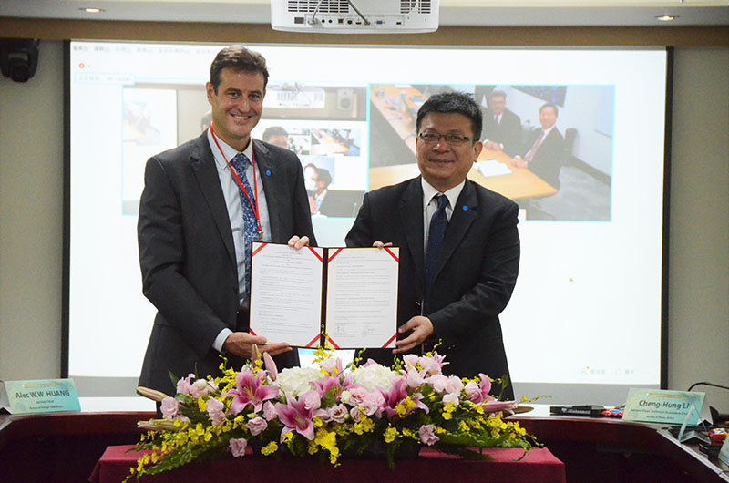MOEA Deputy Minister Tseng Wen-sheng (right) and AOT Rep. Gary Cowan are all smiles as they display the renewed MOU on bilateral energy cooperation Nov. 12 in Taipei City. (Courtesy of MOEA)