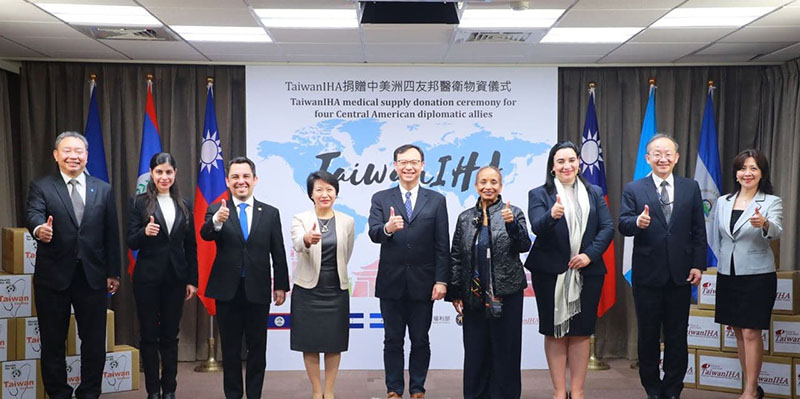MOFA Secretary General Lily L. W. Hsu (fourth left) and MOHW Deputy Minister Shih Chung-liang (center) are joined by the ambassadors of Taiwan's four Central America allies in giving the thumbs-up to bilateral friendship and cooperation during a medical supplies donation ceremony Dec. 9 in Taipei City. (MOFA)