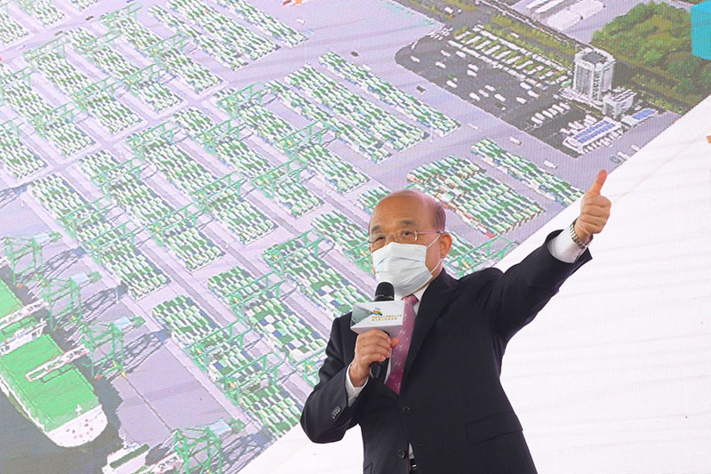Premier Su Tseng-chang gives the thumbs-up at a ceremony officially launching construction of the seventh container terminal at Kaohsiung port Dec. 29 in southern Taiwan. (Courtesy of Executive Yuan)