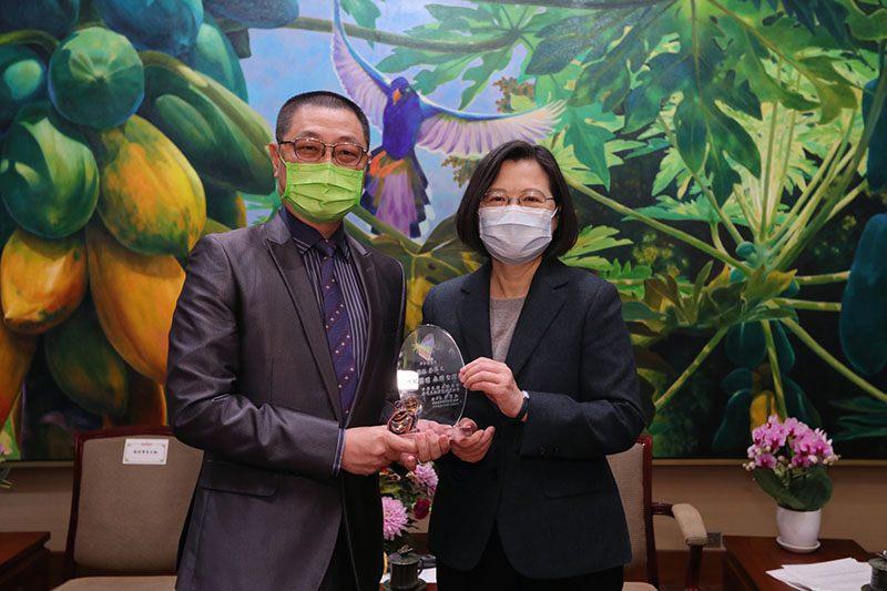 President Tsai Ing-wen (right) presents a gift to a representative from Taiwan's solar power industry at the Presidential Office Jan. 21 in Taipei City. (Courtesy of PO)