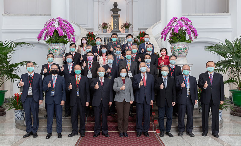 President Tsai Ing-wen (front, center) is joined by officials, as well as recipients of the National Biotechnology and Medical Care Quality Award, in giving the thumbs-up to Taiwan's biomedical prowess at the Presidential Office Feb. 18 in Taipei City. (Courtesy of PO)