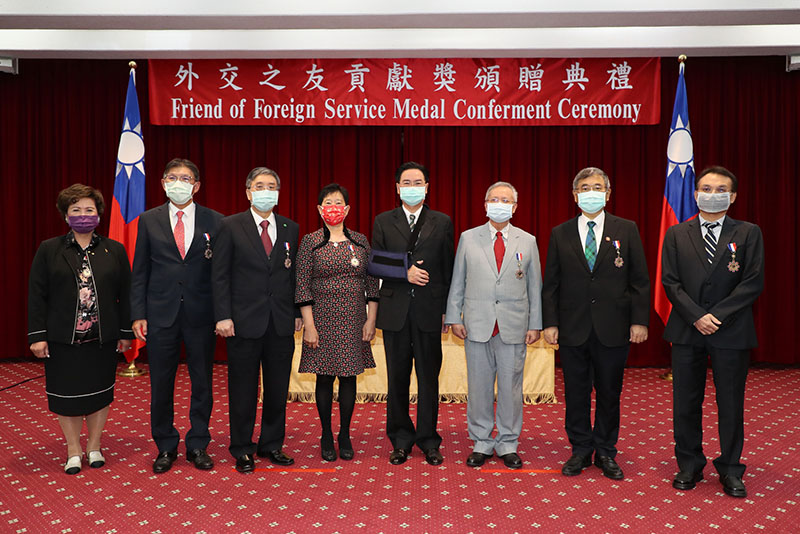 Foreign Minister Jaushieh Joseph Wu (fourth right) is joined by representatives from Cathay General Hospital and MacKay Memorial Hospital, as well as individual recipients, at the Friend of Foreign Service Medal ceremony Feb. 19 in Taipei City. (MOFA)