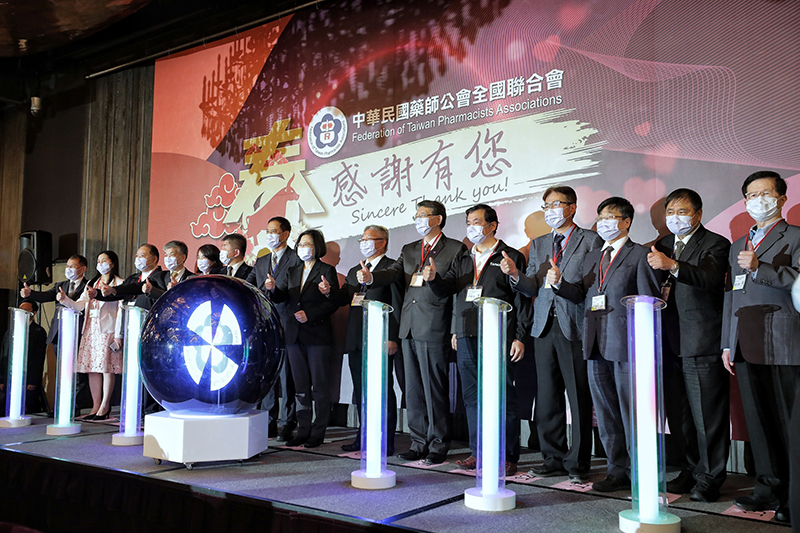 President Tsai Ing-wen (center) is joined by lawmakers and other guests in giving the thumbs-up to the contributions of Taiwan's pharmacists during a dinner banquet March 7 in Taipei City. (Courtesy of Presidential Office)