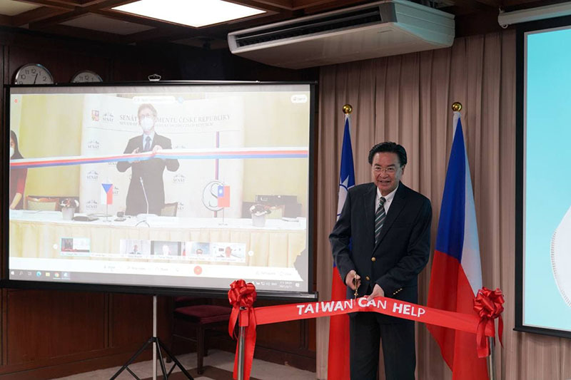 MOFA Minister Jaushieh Joseph Wu joins Czech Senate President Milos Vystrcil in launching the mask-production line donated by Taiwan to the EU country March 11 from Taipei City. (MOFA)