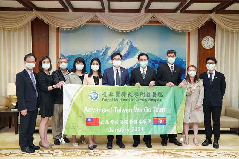 MOFA Minister Jaushieh Joseph Wu (fourth right) is joined by Advanced Taiwan We Go Team members from TMU Hospital March 11 in Taipei City. (MOFA)