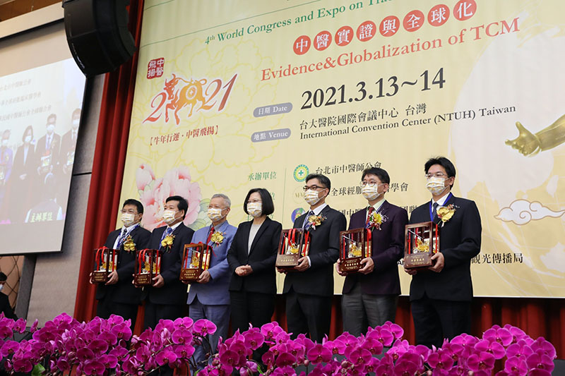 President Tsai Ing-wen (center) is joined by award recipients March 14 at the 13th Taipei Traditional Chinese Medicine International Forum in northern Taiwan. (Courtesy of Presidential Office)