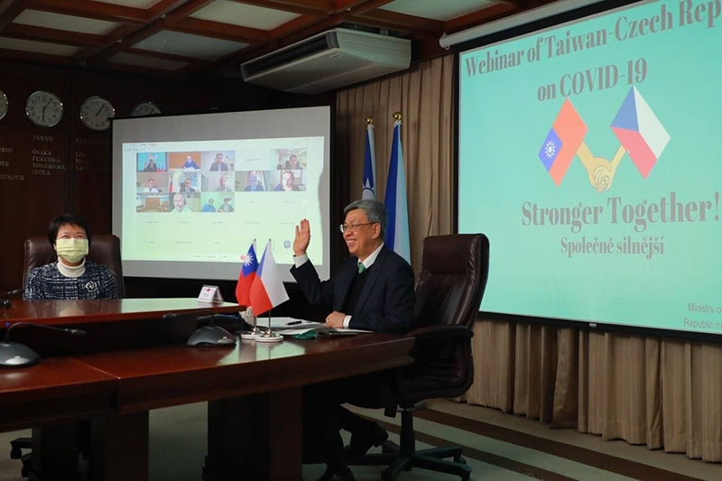 Former VP Chen Chien-jen waves to participants taking part via video link during the Taiwan-Czechia COVID-19 webinar March 24 in Taipei City. (MOFA)