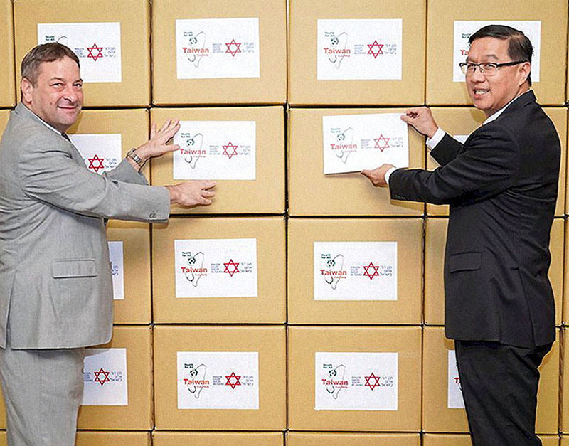 Ministry of Foreign Affairs Vice Minister Tsao Li-jey, right, and Omer Caspi, representative of the Israel Economic and Cultural Office in Taipei, see off a donation of 100,000 medical masks heading to Israel from Taiwan May 22, 2020. (Photo courtesy of Ministry of Foreign Affairs)