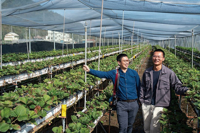 Marco Syu (left), who invariably goes and visits farmers during each production season, sees these farmers as partners who grow together with his business.