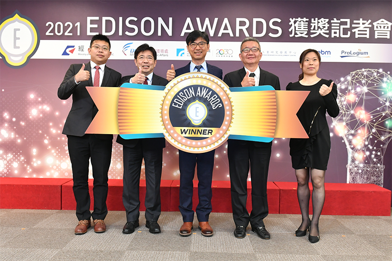 ITRI President Edwin Liu (second left) gives the thumbs up at a news conference announcing Taiwan's 2021 Edison Award winners April 26 in Taipei City. (Courtesy of ITRI)